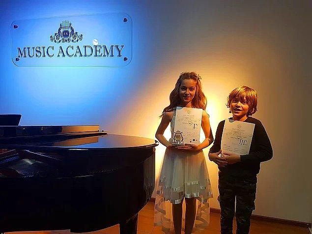 """7. 6. sınıf öğrencisi Nil İpek Şabi ile 4. sınıf öğrencisi kardeşi Kıvanç Arda Şabi daha önce aldıkları uluslararası ödüllere yenilerini ekledi. """"4. Uluslararası Mozart Müzik Yarışması""""na birlikte katılan kardeşler keman ve viyolonsel branşlarında birincilik ve üçüncülükle döndü."""