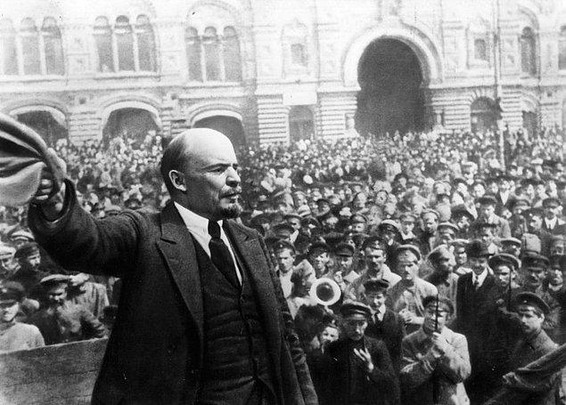 1917: Rus Çarlığı çöktü.