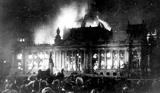 1933: Reichstag yangını.