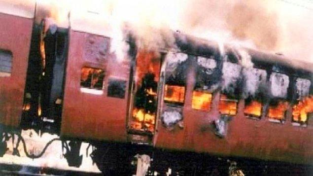 2002: Hindistan'da Müslümanların Hindu milliyetçileri taşıyan bir treni ateşe vermesi sonucu 60 kişi öldü.