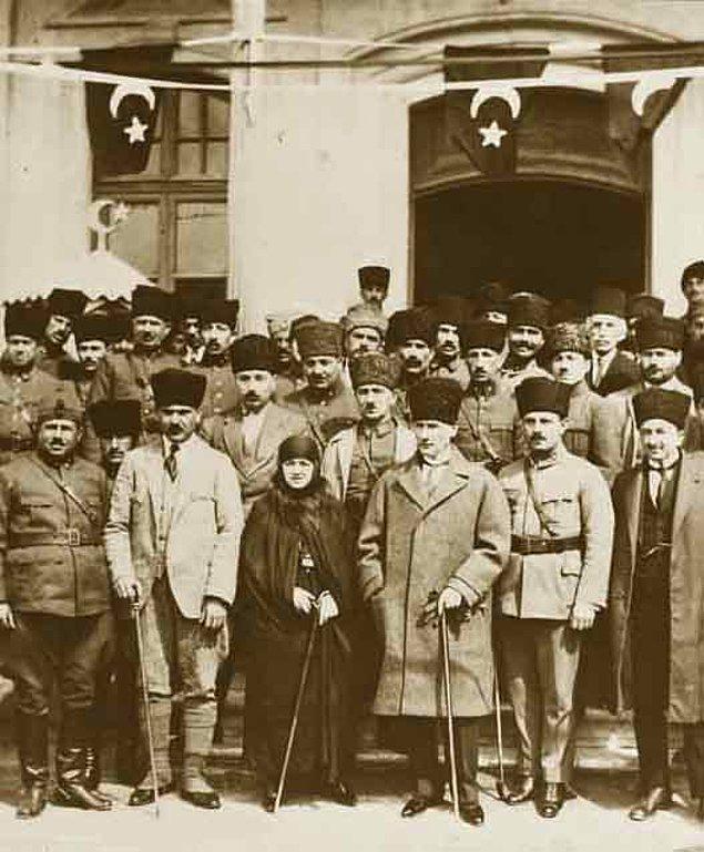 1923: Mustafa Kemal Paşa, TBMM'nin yeni çalışma dönemini açtı.