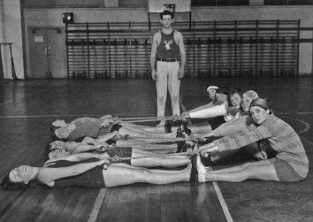 13. Philadephia Elks'in üyeleri ve eşleri 1930 yılında spor salonundalar.
