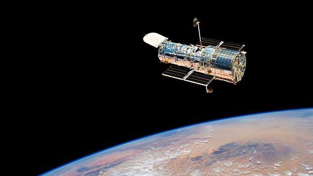 1990 - ABD uzay mekiği Discovery'nin mürettebatı, ilk uzay teleskobu Hubble'ı yer çevresinde yörüngeye oturtmayı başardı.