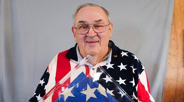 13. Günümüzde kullanılan Amerikan bayrağı lise öğrencisi Robert Heft tarafından bir ödev olarak tasarlanmıştır. Heft, bu ödevinden ancak B- alabilmiş. Gelin görün ki şu an koskoca bir devlet Heft'in tasarımını yaşatıyor.