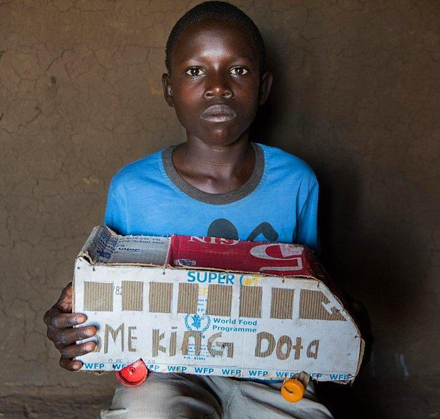 10. İstediği oyuncak otobüsü alamayan çocuğun kartonlardan yaptığı oyuncağı: