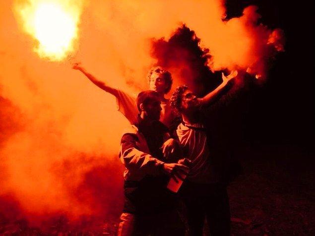 """7. """"Partide meşale tutan bu adamlar Orta Çağ'daki ateşi yutanlara benziyor."""""""