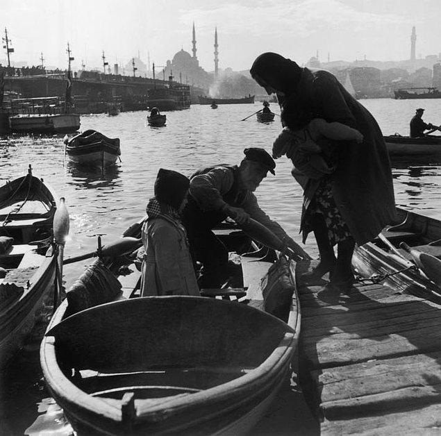 6. Kayık taksisi ile yolcu taşıyan küçük tekneler, İstanbul, 1945.