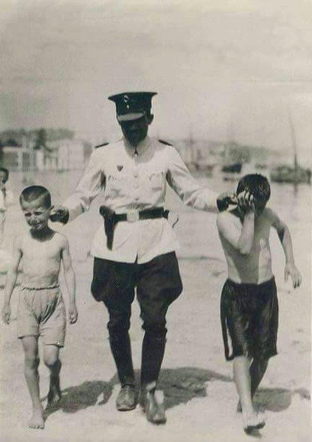 9. Karaköy'de denize girmeye teşebbüs ettikleri için polis amcaları tarafından yakalanan çocuklar, İstanbul, 1940.
