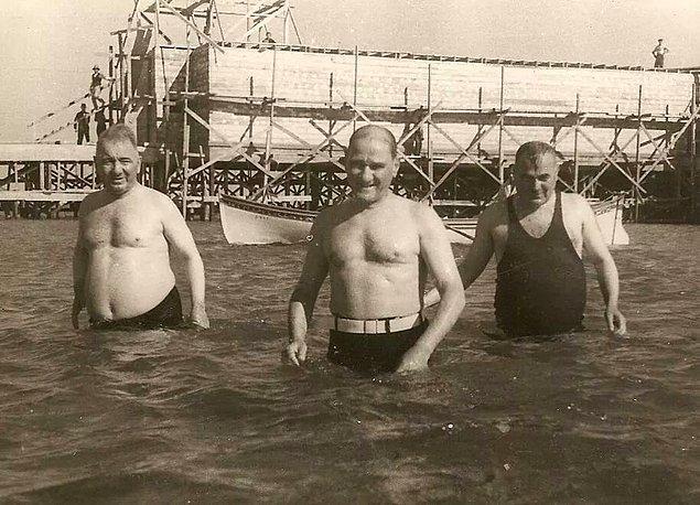 20. Atatürk ve arkadaşlarının deniz keyfi, İstanbul, 1935.