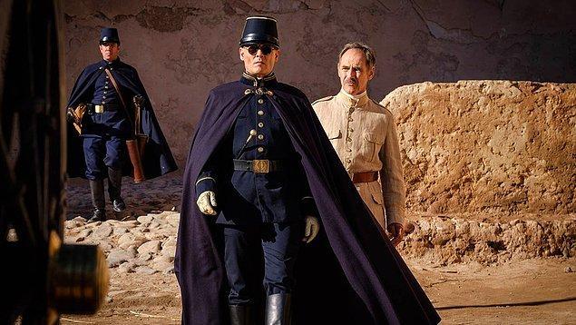 2. Johnny Depp, Robert Pattinson ve Mark Rylance'ın başrollerini üstlendiği, J.M. Coetzee'nin aynı adlı kült romanından uyarlanan Waiting for the Barbarians'tan ilk görsel yayınlandı.