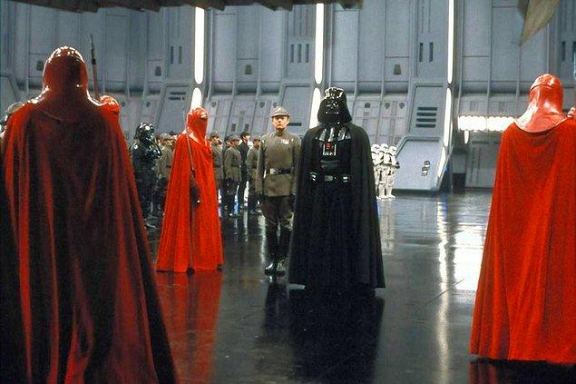 6. İki yeni Star Wars üçlemesi için hazırlıklarını sürdüren Disney, Star Wars evreninde geçecek üç yeni filmin vizyon tarihini açıkladı. İlk film 2022'de, 2. film 2024'te, 3. film ise 2026'da izleyicilerle buluşacak.