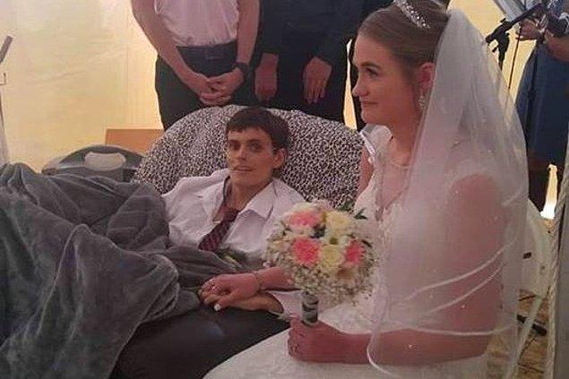 20 yaşındaki bir adam, karaciğer kanserinden hayatını kaybetmeden beş saat önce hayatının aşkıyla evlendi.