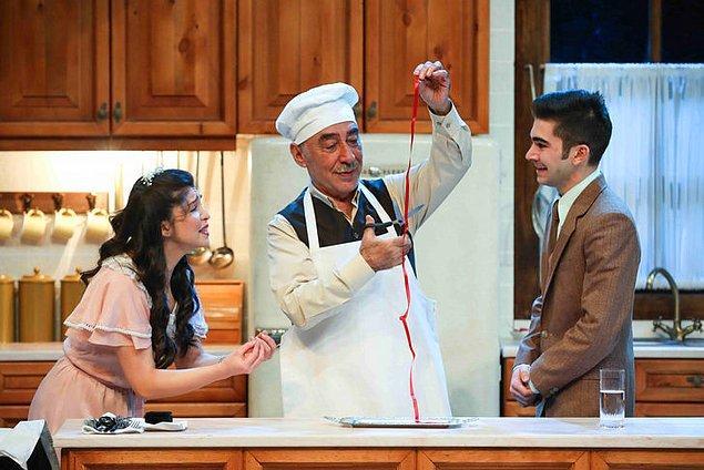 """5. Canımız, ciğerimiz, usta oyuncumuz Şener Şen, 18 Haziran-2 Eylül tarihlerinde """"Zengin Mutfağı"""" isimli tiyatro oyunu ile yaz turnesine çıkıyor."""