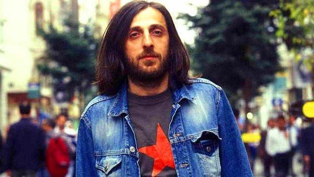 İstanbul Üniversitesi Siyasal Bilgiler Fakültesine 1989'da giren sanatçı, müzik çalışmalarına üniversite yıllarında ağırlık verdi