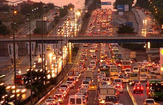 Karayolu ağında geçen yıl gerçekleşen trafik kazalarında ölen kişilerin yüzde 42,9'u sürücü, yüzde 34,9'u yolcu, yüzde 22,2'si yayalardan oluştu.