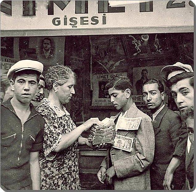 23. Milli Piyangocu Nimet Abla bir talihliye ikramiyesini teslim ederken, İstanbul, 1943.