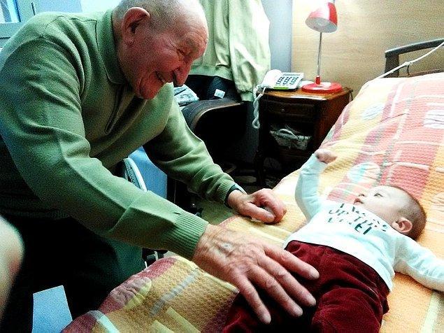 """""""94 yaşındaki büyükbabam, 2 aylık oğlumla tanışıyor."""""""