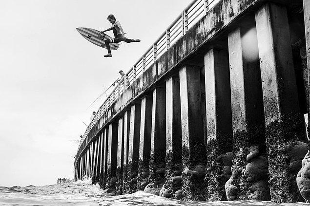 Nathaniel Harrington ise bu sörfçüyü adeta bir güven atlayışı yaparken yakalamış.