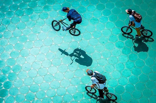 Olaf Pignataro'nun bu fotoğrafında bisikletçiler adeta bir havuzun içindelermiş gibi görünüyor.