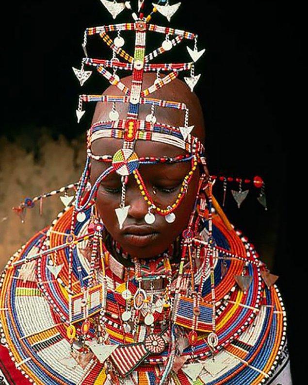 6. Kenyalı gelinler düğünlerinde; boyunlarına boncuklardan oluşan ağır bir tasma, başlık, bilezik ve yaklaşık 20 ayrı kolye takarlar.