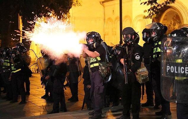 Yaşanan arbede sonucunda emniyet güçleri, biber gazı ve plastik mermi kullanarak protestocuların parlamentoya girişini engelledi.