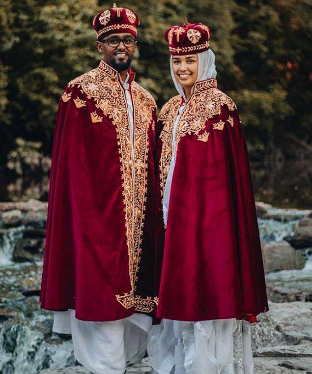 17. Etiyopya'da  gelin ve damadın giydiği düğün kıyafetleri, koyu renkli kadife taçtan ve altın renk desenli kaftandan oluşur.