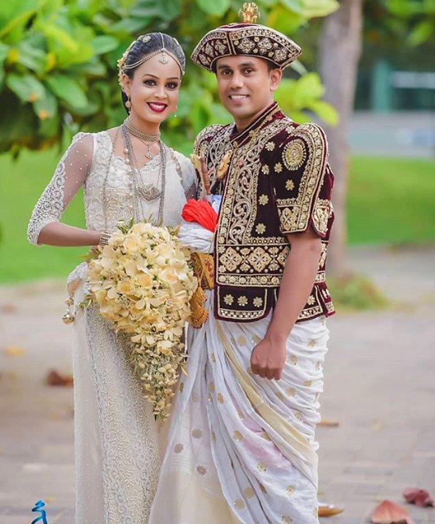 19. Sri Lanka gelinleri, anneleri tarafından verilen ve başını sarıp alnının ortasına doğru sarkan takıyı ebediyet sembolü olarak takmak zorundadır.