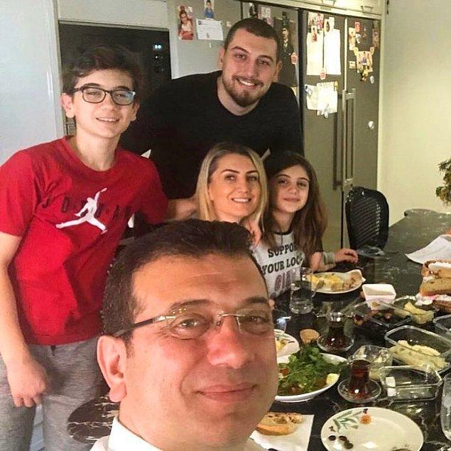Ekrem İmamoğlu'nun ailesini ilk olarak geçtiğimiz 31 Mart seçiminin sabahındaki bu kahvaltı sofrasıyla tanımıştık çoğumuz.