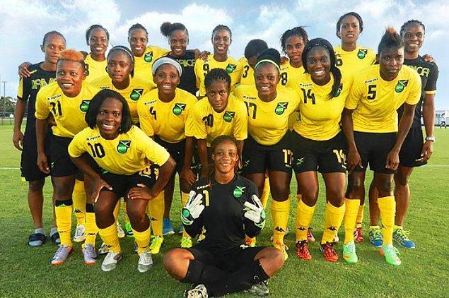 Kadın milli takımı, Jamaika Futbol Federasyonunun takıma verilen bütçeyi kesmelerinin üstünden 10 yıl geçmesinin ardından müthiş bir iş başararak turnuvadaki herkesi sevindirdi.