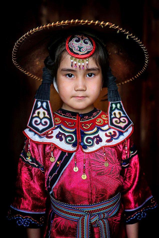 Ulch yerli halkından bir kız çocuğu; Amur Nehri/ Doğu Sibirya