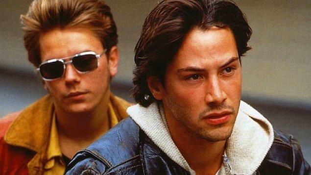Keanu Reeves'i birçok aktör arasında farklı bir yere koyabilecek en önemli özelliği belki de hiçbir zaman tek bir rol kalıbına bürünmemesi; My Own Private Idaho da bunun iyi bir örneği.