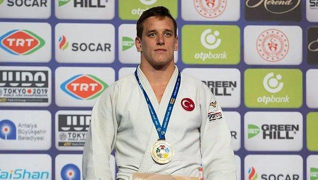 Rakibini altın skorda yenen Mikail Özerler, altın madalyanın sahibi oldu.