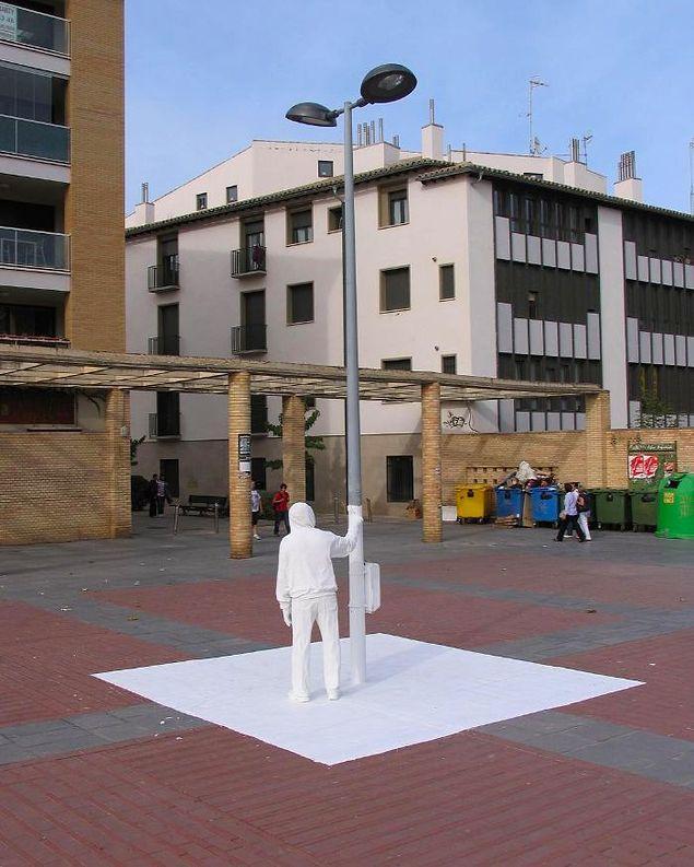Скульптор устанавливает странные реалистичные фигуры, которые вызывают смешанные чувства у прохожих