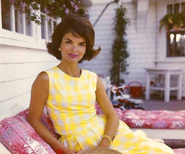 8. Rahmetli başkan Kennedy'nin biricik eşi Jacqueline Kennedy özellikle hangi yönüyle efsaneler arasında gösteriliyor?