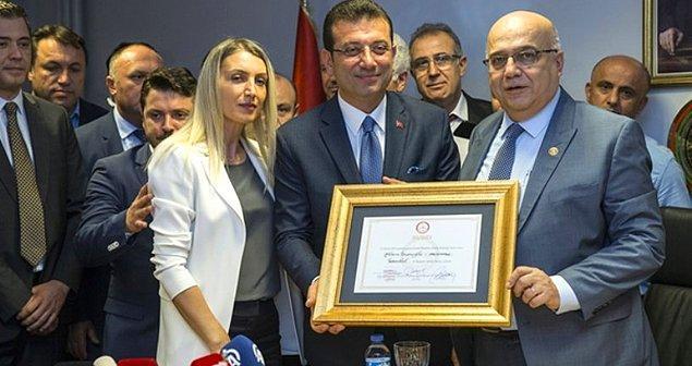 31 Mart'taki yerel seçimin İstanbul'da tekrarlanmasının ardından Ekrem İmamoğlu yeniden Büyükşehir Belediye Başkanı seçildi ve mazbatasını alarak göreve başladı.