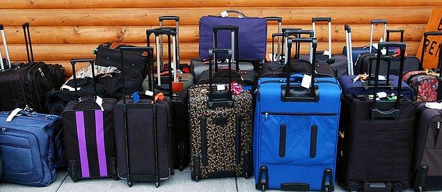 13. Koyu renkli ve ilk bakışta kolayca fark edilemeyecek bir bavula sahipseniz, ucuna bir parça renkli kumaş bağlayın. Bu kumaş diğer bavullar arasından seçilmesini sağlayacaktır.