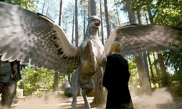 """3. Serinin üçüncü filmi olan Azkaban Tutsağı'nda yine mitolojik bir figür olan """"Hipogrif"""" kendine yer bulmuştur. Hipogrifler mitolojide gövdesi at ve başı kartal şeklinde, uçabilen, iri, etobur yaratıklardır."""