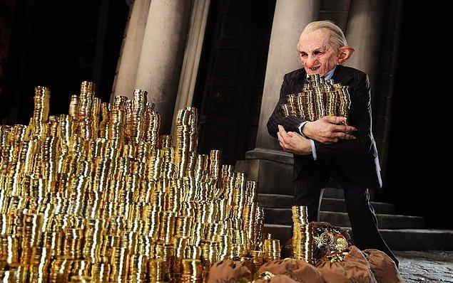 9. Cüceler seride tıpkı mitolojide oldukları gibi zeki ve maharetli olarak kendilerini göstermektedirler. J.K. Rowling sihir dünyasının en önemli kurumlarından biri olan Gringotts Bankası'nın idaresini onların ellerine teslim etmiştir.