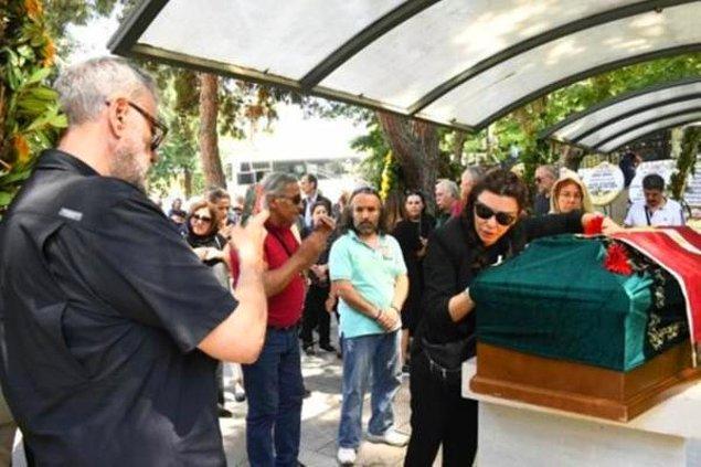 5. Geçtiğimiz haftanın en çok konuşulan olaylarından biri de Enis Fosforoğlu'nun cenaze töreninde Hamdi Alkan'ın eşi Selen Görgüzel'in fotoğrafını çekmesiydi.