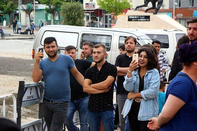 Öte yandan kentin işlek noktalarından biri olan Demokrasi Meydanı'nda yüzlerce kişi saatlerce intihar girişimini izledi.