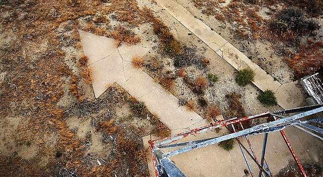 8. New Yok ile San Francisco arasında her 16 kilometrede bir betondan oklar bulunur. Bu oklar eskiden posta pilotlarının yollarını bulması için kullanılıyordu.
