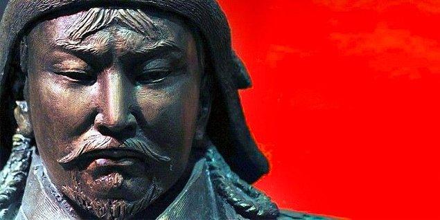 15. Cengiz Han'ın ölüm nedeni hakkında çeşitli efsaneler bulunmaktadır. Bunlardan bazıları av sırasında atından düştüğü, dizine gelen bir okla öldürüldüğü ve tutsak bir prensesin suikasti sonucu öldürüldüğü gibi farklı hikayeler içerir.