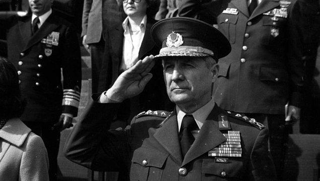 1982 - Millî Güvenlik Konseyinin son şeklini verdiği Anayasa metni açıklandı. Geçici maddelerle eski parti yöneticilerine 10 yıl siyaset yasağı getiriliyor, Anayasanın kabulüyle birlikte Kenan Evren Cumhurbaşkanı oluyor.