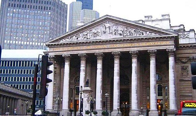 1987 - Londra Borsası çöktü. Yaşanan büyük panik sonucunda 50 milyar sterlinlik değer kaybı yaşandı.