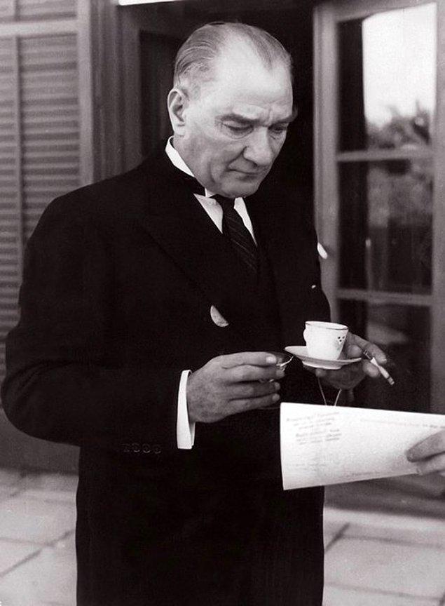 24. Mustafa Kemal Atatürk, Gustav Adolf'un Ankara İsveç Büyükelçiliği'nde verdiği resepsiyonda kahve içerken, Ankara, 1934.