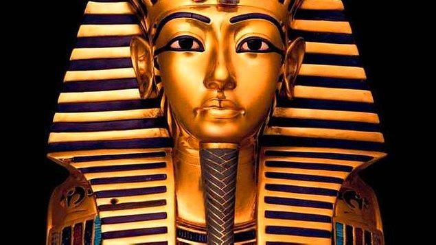 1922 - İngiliz arkeolog Howard Carter ve ekibi, Tutankamon'un mezarını keşfetti.