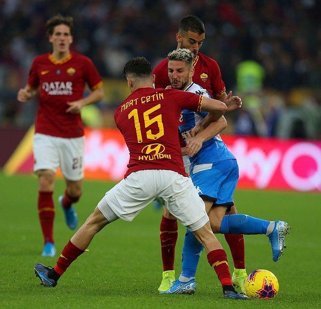 Roma Teknik Direktörü Paulo Fonseca, takımının son iki haftadır oynadığı Milan ve Udinese maçlarında sonradan oyuna soktuğu milli futbolcu Mert Çetin'i ilk 11'de görevlendirdi. Maçın 90+3. dakikasında Napoli atağını kesmek için faul yapan ve sarı kart gören Mert Çetin, 90+6. dakikada ceza sahası önünde yaptığı faulle ikinci sarıdan kırmızı kart görerek oyundan ihraç edildi.