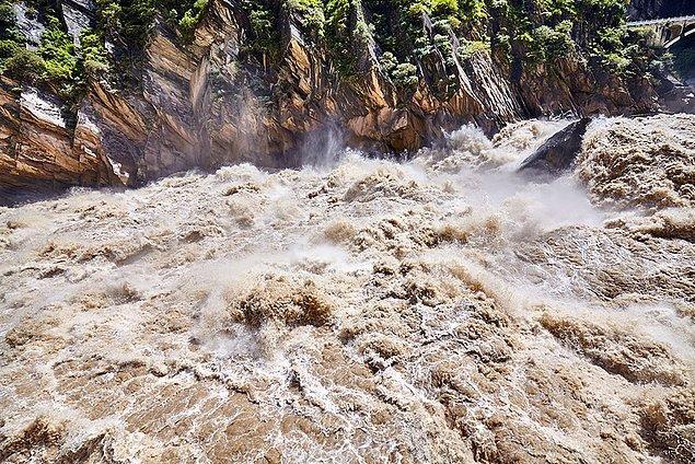 13. Ürkütücü görünüyor olsa da dalgalı nehirden asla korkma, asıl durgun nehirden kork.