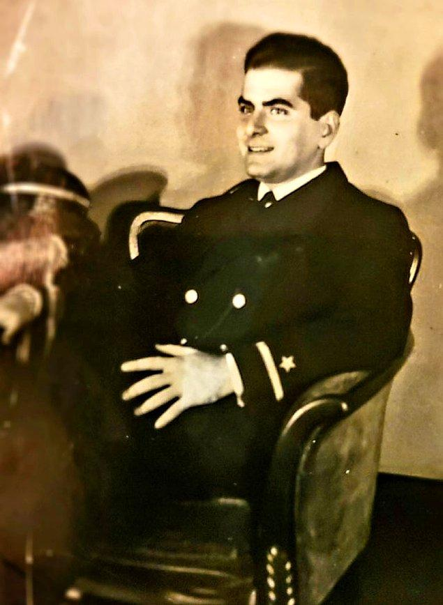 """27. """"Büyükbabam, 20'li yaşlarının başında, 2. Dünya Savaşı Amerikan donanması üniformasınyla (1940'larda)."""""""