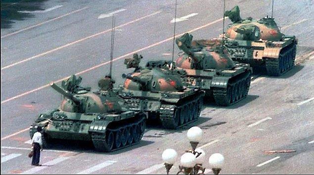 9. Tarihteki en anlamlı başkaldırılardan birisi olan bu olayda, tankların önünde duran gence ne olduğunu hatırlıyorsun?
